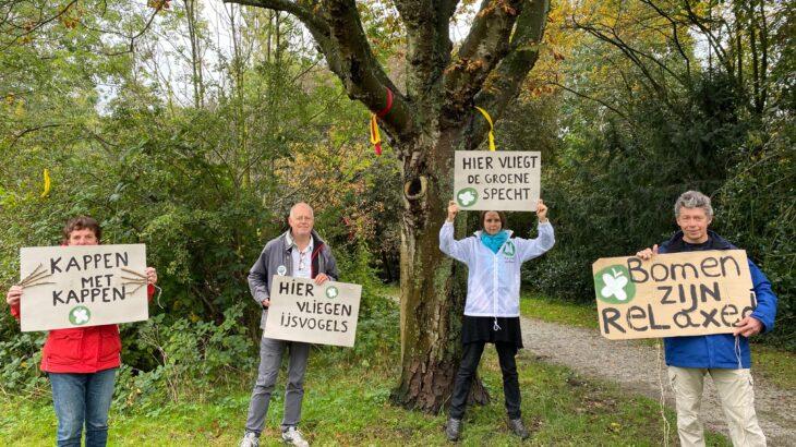 Actie voeren tegen kap bomen Roomburgerpark Leiden